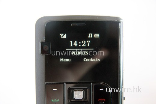 1.27 吋的 OLED 屏幕,設計極像 90 年代末的懷舊手機。