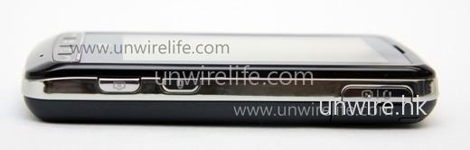 機身右側,可見上方(即最右)為耳機及 USB 接駁線插槽、而下方(即最左)兩個按鍵,分別為拍照(左)及鎖定屏幕(右)。而且機邊採用銀色鏡面設計,無疑令手機更高貴,但卻也成為指膜採集器。