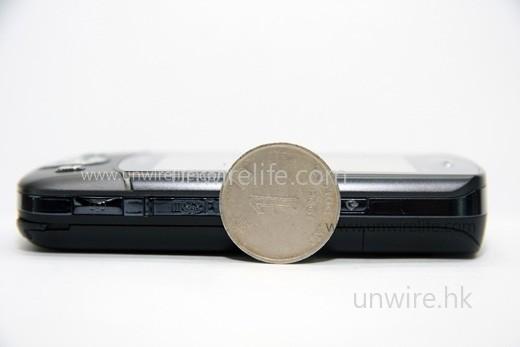 Tempo DX900 厚度是一個一元硬幣直徑的 5 分之 4,似乎誇張了一點。