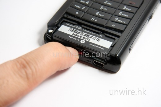 要按下圖中手指末端的紅色按鍵,才可拉出電池。