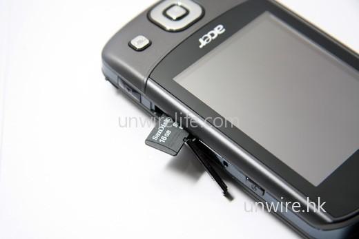 microSD 記憶卡槽位於機身右側。