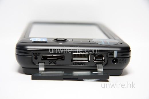 設有視頻輸出端子(最左方),但需使用專用線材才可接駁外置顯示器,但此線材卻未有隨機附送,需用家日後另購,頗為不便。旁邊的(左至右)依次為 USB 2.0 端子及 mini-USB(USB Client)端子,而視頻輸出端子左方的小孔為重新啟動鍵,而最右方的為電源插槽。