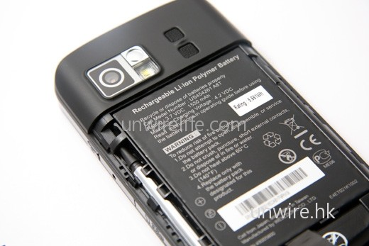 電池容量雖高達 1,530mAh,但由於是雙卡雙待機,似乎仍不敷使用。
