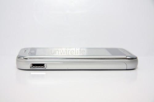 機身按鍵不多,左側為 USB 連接、充電端子,右側也只有音量調較鍵及拍照鍵,十分簡潔學足 iPhone!