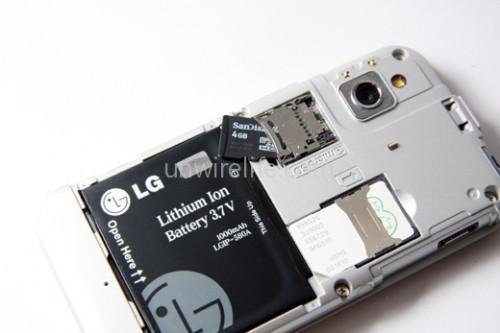採用 microSD 存儲卡,而且最高支援 32GB,加上內建的 8GB 記憶體,不愁電影音樂沒位放。