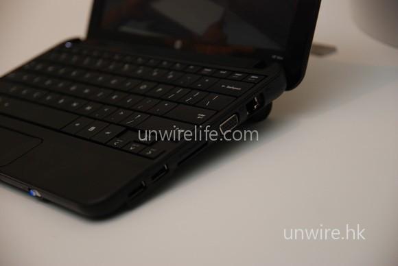 Mini 1000 沒有的 D-Sub 介面,於 Mini 110 重現了。而且右方的 USB 介面新增至兩個。大家可以留意到,這部 6 cells 電版本,會令機身微微拱起,但不太影響使用。