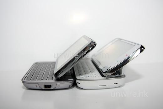 首先兩部手機,當推出鍵盤時,屏幕均可傾斜向上,而傾斜角度兩者差不多,此回合打成平手。
