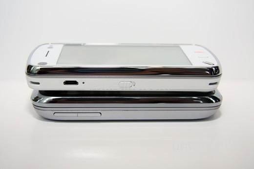 至於兩機的機身左側,設計同樣簡潔:Touch Pro2 只設音量控制鍵;至於 N97 則設專屬 mini-USB 端子及屏幕鎖定按鍵,設計上又打成平手。