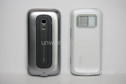 至於機背,兩機同樣設有鏡頭,不過 Touch Pro2 是商務手機,像素較低。不過 Touch Pro2 設有 Straight Talk 功能,又頗方便商務用家,機背設計又是打成平手。