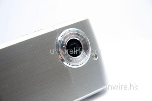 機頂設有 3.5mm 耳機端子,可接駁較高端耳機欣賞音效;而且採用 micro-USB 介面,看來 Samsung 終於擺脫使用自家端子,走進普及 USB 介面的大家庭。