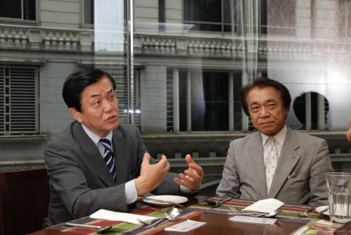 「未來的工人舍機款,將會有更多具創意的設計加入,大家拭目以待吧!」新屋紀昭(左)說,另一位(右)為 Kohjinsha 企劃部副部長黑澤徹。