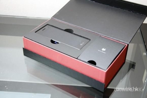 拿走黑色包裝硬卡紙,可以看到 BL-40 靜靜躺在箱內。而且一打開,可以看到黑色小箱是外黑加以紅色盒邊,極具型格。先將 BL-40 拿出來吧。