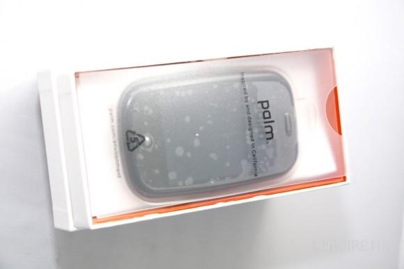 拆開了,可以看到 Palm Pre 便靜靜的躺在盒內!