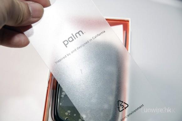 拿起印有「Inspired by and designed in California」的字樣(當然也有 palm 品牌圖示了!),很 Apple 風呢!