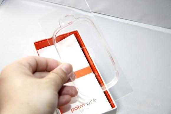拿起 Palm Pre 待會再開機看,又看到剛才 Pre 躺著的透明膠片,真是多「膠」。
