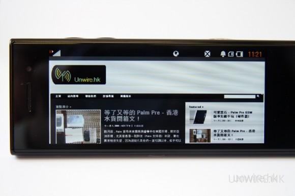當機身一作橫向擺放,內建的水平儀便會自動旋轉屏幕顯示為橫向,可見整個 Unwire.hk 網頁的左右邊位完全緊貼 BL-40 的機身屏幕顯示位置,用家要瀏覽內容,只須向上、下移動頁面便可,方便很多!