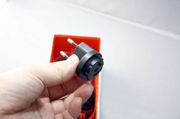 單憑這插頭自然不能充電了,那麼插座在那兒?