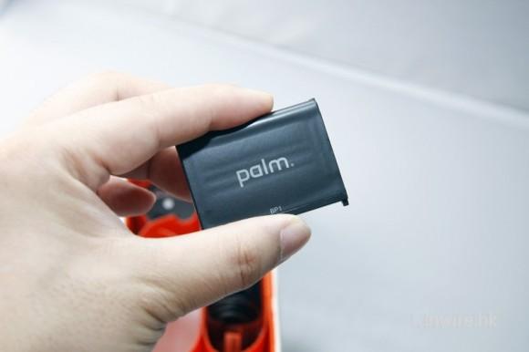 然後再來便是 palm pre 的充電池(當然也印有 palm 品牌圖示了)。