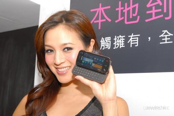 N97 mini機身輕巧,MM單手亦拎得好輕鬆。