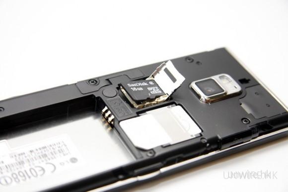 打開電池蓋,便可看到 microSD 記憶卡槽,筆者嘗試過,16GB microSDHC 也能成功讀取。