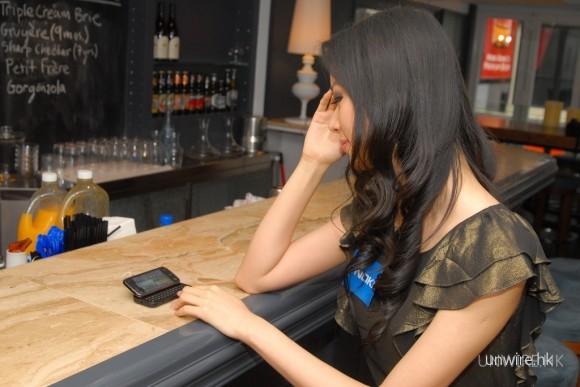 N97 mini屏幕與N97一樣,推出後會往上傾斜,雖然屏幕尺吋縮小了,但仍可放在桌面上使用。
