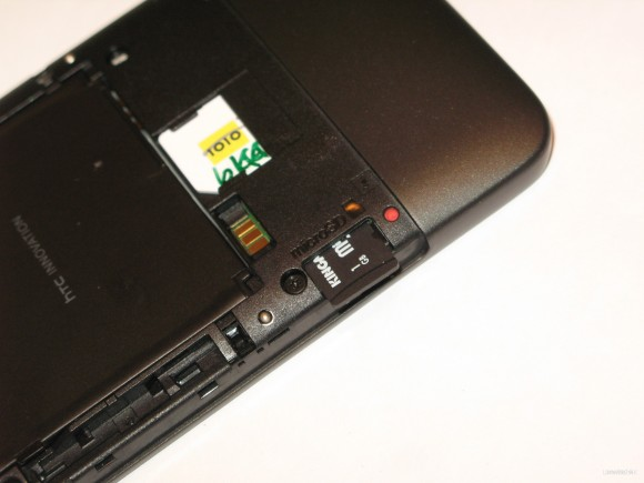 拆下機底外殼才可更換 microSD 記憶卡。
