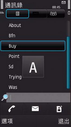 進入通訊錄,只要在N97 mini屏幕上輕輕一掃,即會向上或向下滾動;若按着屏幕拉動,更會顯示連絡人Index,操控極為容易。