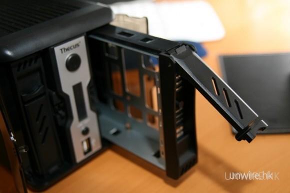 安裝硬碟非常簡單,只要從前方拉出兩個硬碟架。