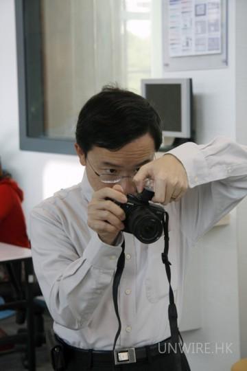 網友試玩實況五:WTIA 主席 Ken Fong 十分專心在試玩 GF1。