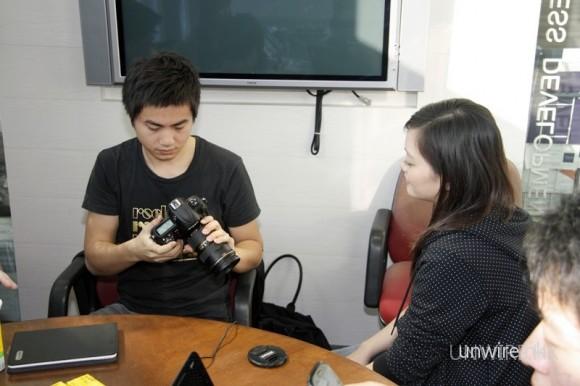 網友試玩實況八:Louis 似乎對最新推出的 Nikon D3s 也十分有興趣。