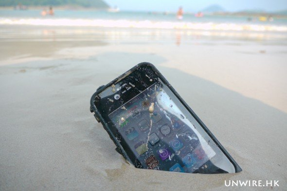 但這個 LifeProof 防水保護殼號稱是同系中最薄,厚度只有 10.8mm。安裝後,只會令到你的 iPhone 增加 1.55mm 的厚度和 28 克的重量