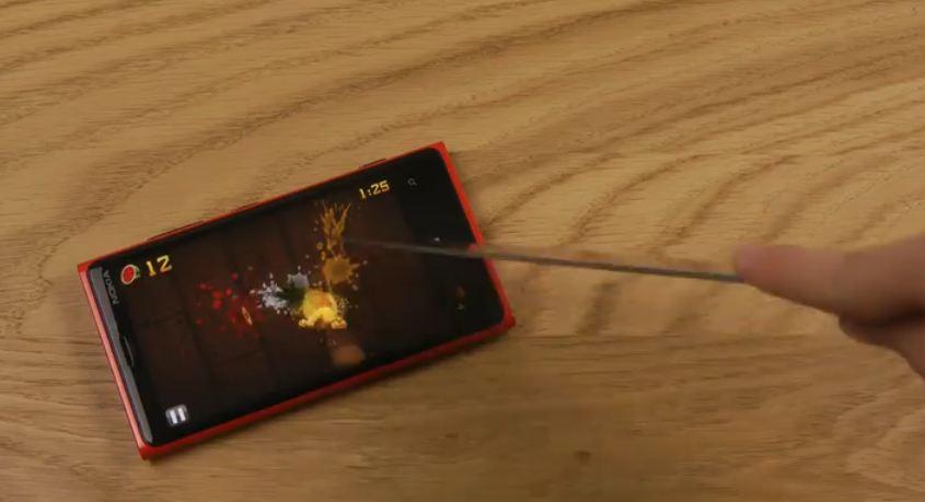 Lumia 920 屏幕超靈敏!用真刀也可以玩《切水果》遊戲