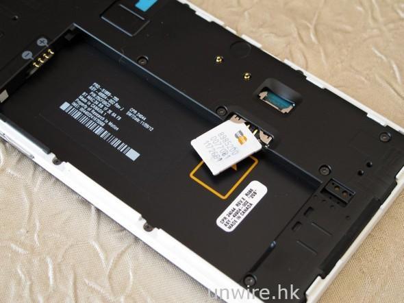採用 Micro SIM 卡,需要拆出電池才可替換。