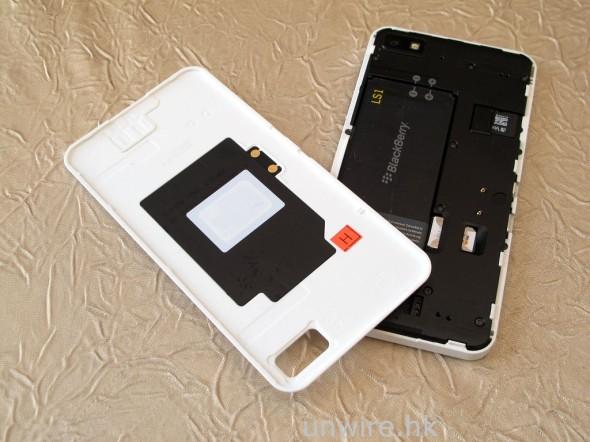 機背蓋是可以打開的,而機背蓋內側就是 NFC 晶片所在。