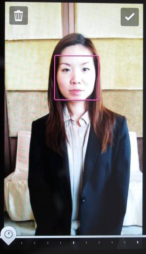 相機首先會連續拍攝數張相片,完成後點按人像臉孔。