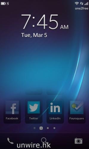 至於要解除屏幕鎖定,手勢與其他智能手機一樣,也是輕劃一下屏幕就可以了。