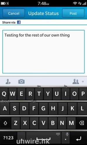 輸入英文時,系統會猜想用家下一個輸入的字彙是甚麼並顯示在鍵盤不同字母上,想選擇的話在該字母位置向上方輕輕一掃就可以了。