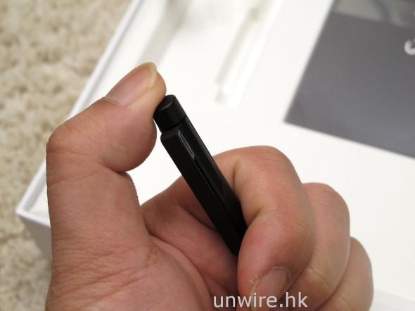 頂部有個按鍵,相等於擦膠功能,用家繪圖或繪寫文字時,按著它再觸控畫面就可以刪除不需要的文字、圖畫或線條,十分方便。