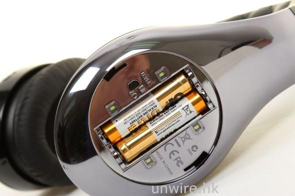 扭開右耳耳筒背,就可以放入兩枚 AAA 電池,有了電 Noise Cancelation 功能才能使用。