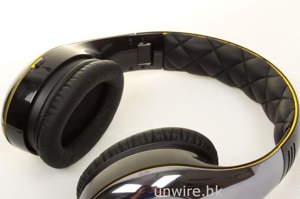 耳機頂部頂住頭頂的位置及接觸雙耳的位置均有軟墊保護,戴在頭上使用時十分舒適。