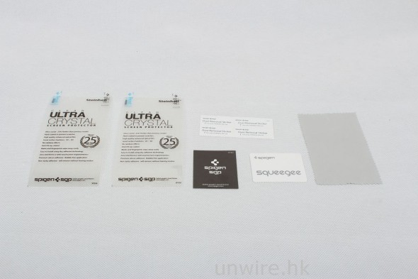保護貼包裝配件十分齊全,除了有機面機背保護貼外,還有一塊纖維清潔抹布、除塵貼紙及刮卡。