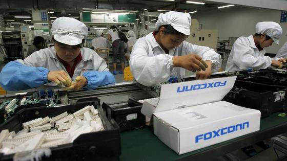 739712-foxconn-factory-workers.jpg