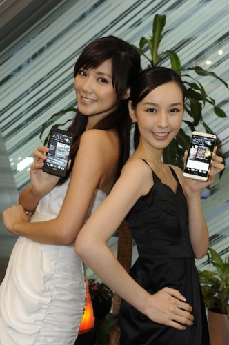 Elva and Sabina with The new HTC One_3