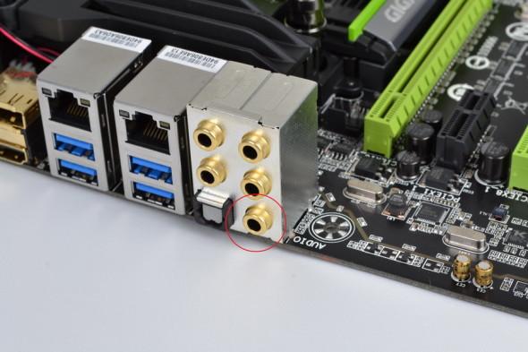 背板採用鍍金 3.5mm 端子,紅圈位置是特別經過 OP-AMP 晶片及 TI DRV632 晶片的耳筒及喇叭專用輸出端子,音質表現最佳。