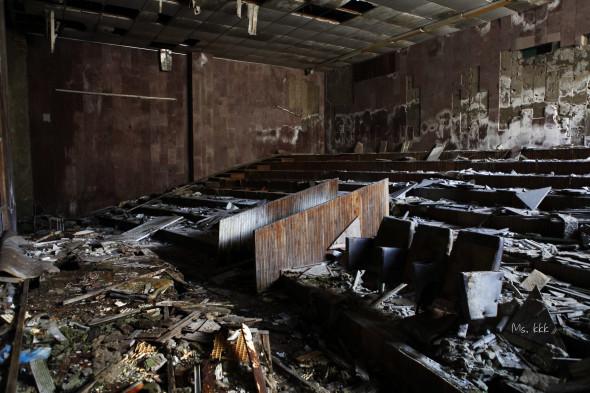 被棄置的普里皮亞季文化宮(Palace of culture)內一個類似演講廳的房間。