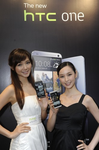 Elva and Sabina with The new HTC One_1
