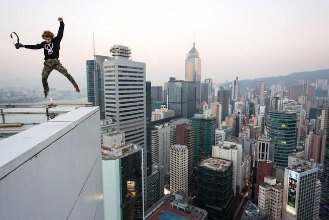 俄羅斯 Rooftopper 在香港攻頂,放眼璀璨夜景