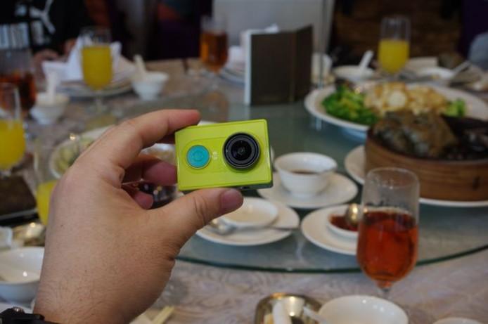 小蟻運動攝影機的電池為可交換式設計,採用的儲存媒介為 microSD 卡。
