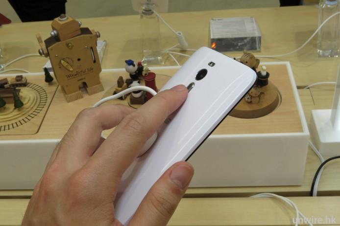 音量鍵位於機背鏡頭下方,操控手感真係同 LG G 系有啲相似。
