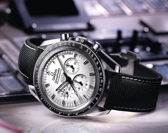 omega-speedmaster-apollo-13-silver-snoopy-award-watch-limited-edition-1-570x450